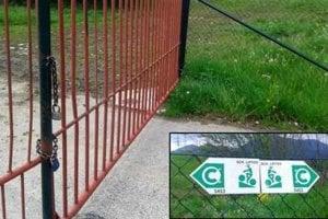 Cyklotrasa vedie cez areál poľnohospodárskeho dvora, ktorý je zamknutý.  Len niekoľko metrov od brány je na plote tabuľka s vyznačením cyklotrasy. Cyklisti areál obchádzajú po blate.