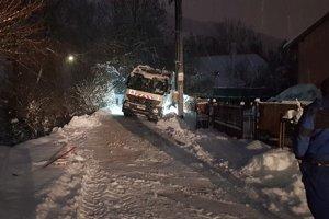 V Likavke dnes zapadlo smetiarske auto. Pomáhali likavskí hasiči.