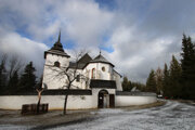 Replika kostola sv. Panny Márie v skanzene Pribylina.