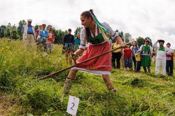 S kosou vedia šikovne pracovať aj ženy. Vlani sa takto predviedla  Ivana Teťáková z Hruštína.