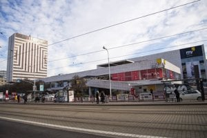Obchodný dom na Kamennom námestí v Bratislave, bývalý Prior, má nového majiteľa. Je ním spoločnosť Mirage Shopping Center, za ktorou stojí žilinský podnikateľ George Trabelssie.