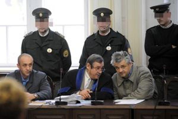 Na Krajskom súde v Trenčíne. Róbert Č. (vľavo dole) a Ľubomír K. (vpravo dole) v pojednávacej miestnosti.