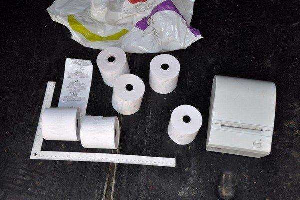 Dvaja zamestnanci čerpacej stanice Slovnaft si zabezpečili originálne pásky do tlačiarne. Doma potom vyrábali falošné bločky.
