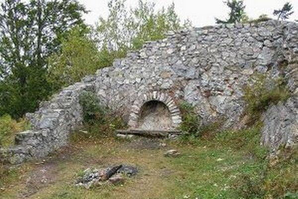 Skupina dobrovoľníkov sa postarala o skrášlenie okolia hradu.