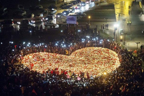 Už druhú noc po sebe sa pred budovou Solidarity zhromaždil smútiaci dav.