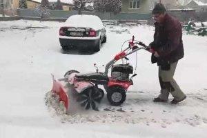 Zimná údržba chodníkov vo Fiľakove.