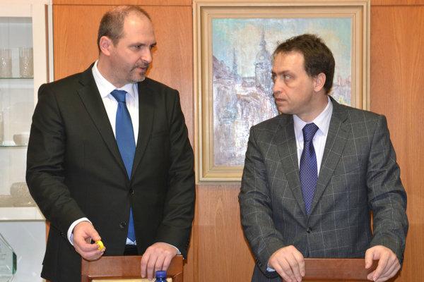 Primátor Jaroslav Polaček (nezávislý) a riaditeľ magistrátu Marcel Čop (vpravo).