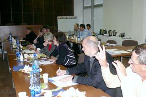 Zástupcovia zamestnávateľov na stretnutí za okrúhlym stolom.
