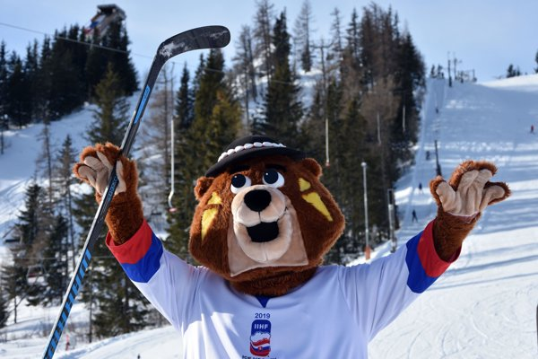 Na snímke predstavenie maskota MS IIHF 2019 v ľadovom hokeji medveďa Macejka na zjazdovke Interski