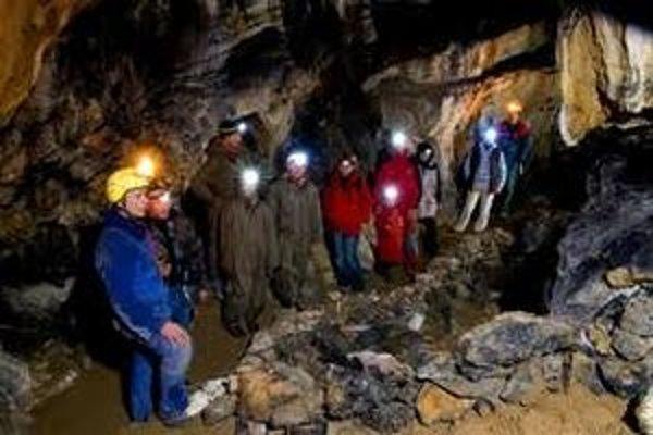 Dĺžka prehliadkovej trasy jaskyne je 410 metrov, prehliadka trvá do 60 minút.