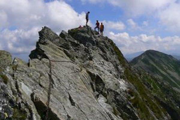Roháče považuje väčšina turistov za zmenšenú kópiu Vysokých Tatier. Sú však nielen krásne, ale aj zradné. Každý rok pripravia o život niekoľko ľudí. Asi najťažšou túrou v Roháčoch je hrebeňový prechod cez vrchol Ostrého Roháča a hrebeňovka zo Smutného sed