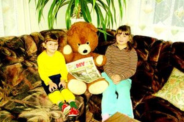 Fotografovať sa chceli aj s medveďom. Kristínka (v okuliaroch) a Mária už vedia, že výhra pôjde na ich darčeky.