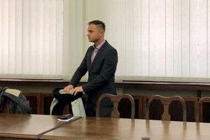 Roman pred súdom.