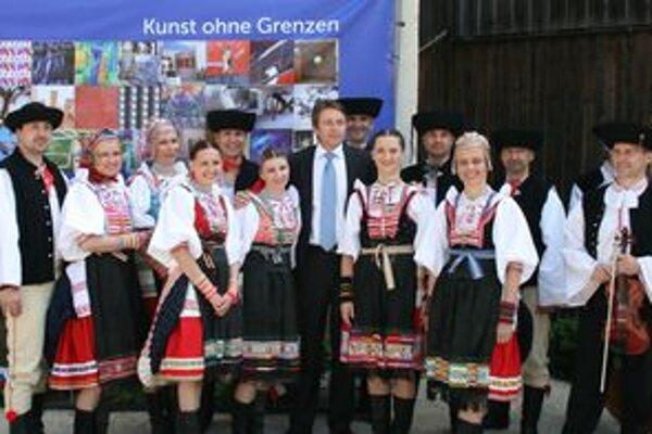 Zrejúci tanečníci z Vŕbového prútia zaspievali na Európskych dňoch aj ministrovi financií Ivanovi Miklošovi(v strede), ktorý tam dostal Európsku medailu Karola IV.