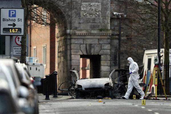 Útok v Londonderry nemal obete, no pripomenuli tridsaťročný severoírsky konflikt.