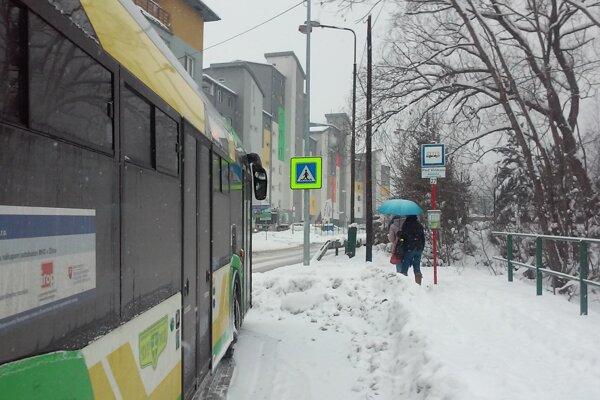 """Na prebudovanej zastávke """"Pod vinicou"""" už stoja autobusy MHD."""