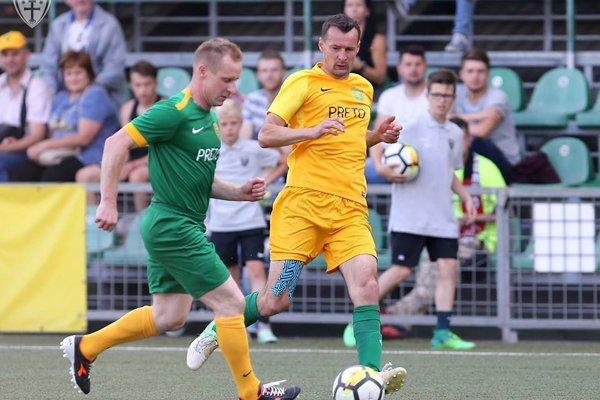 Vladimír Labant (v žltom) spolu s ostatnými trénermi hráva futbal každý pondelok. Záber pochádza zo Zápasu hviezd MŠK Žilina.