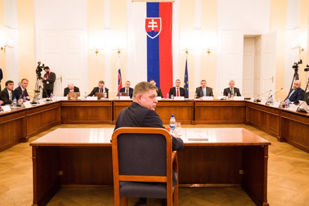 Robert Fico sa pri odpovedi obracia na Borisa Kollára.
