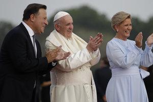 Pápež František po pristátí v Paname s prezidentom Juanom Carlosom Varelom a prvou dámou Lorenou Castillovou Varelovou.