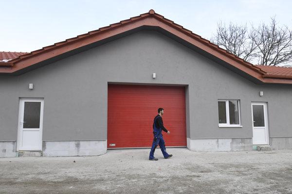 Zrekonštruovaná hasišská zbrojnica v Kokšove-Bakši.