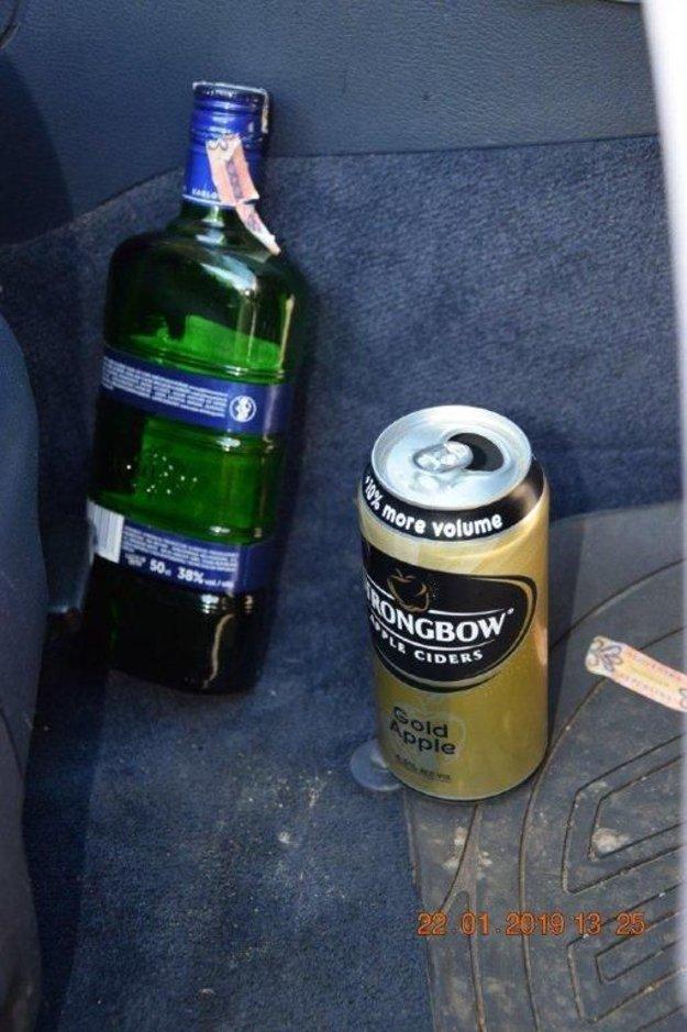 Toto našli policajti v aute.
