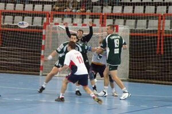 Tvorca hry domácich Ďuriš (v bielom) po zranení v závere zápasu Pov. Bystrici výrazne chýbal.