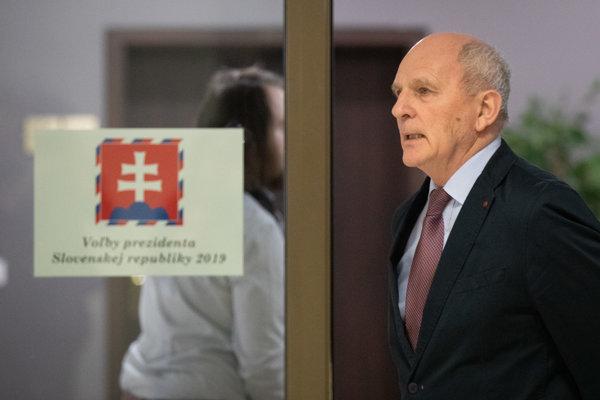 Kandidát na prezidenta SR František Mikloško počas odovzdania podpisov potrebných ku kandidatúre na post prezidenta SR v budove Národnej rady SR.