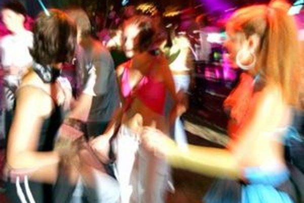 Hluk z barov nedá ľuďom cez víkendy spávať.
