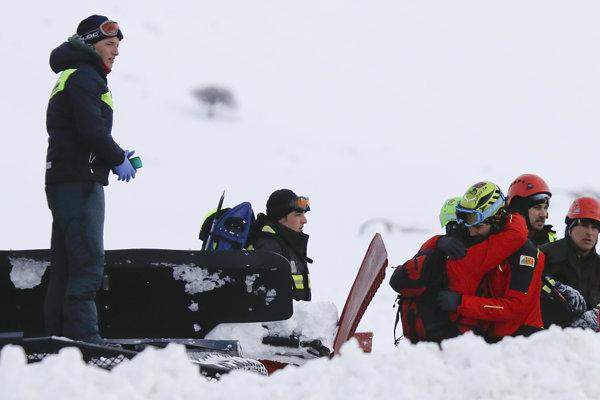 Záchranári pátrajú po obetiach nehody.