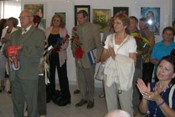 Liptovskí výtvarníci na vernisáži výstavy Žena a kvet v Turzovke.