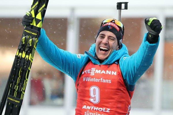 Quentin Fillon-Maillet sa teší z víťazstva.