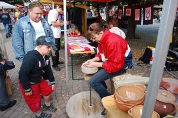 Šikovné ruky keramikárky zaujali otca i syna. V Púchove svoju zručnosť predviedlo stosedemdesiat remeselníkov.