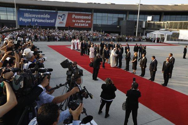S pápežom sa prišli rozlúčiť panamský prezident Juan Carlos Varela a prvá dáma Lorena Castillová.