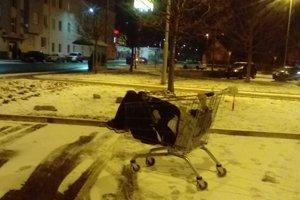 Muž v nákupnom vozíku.