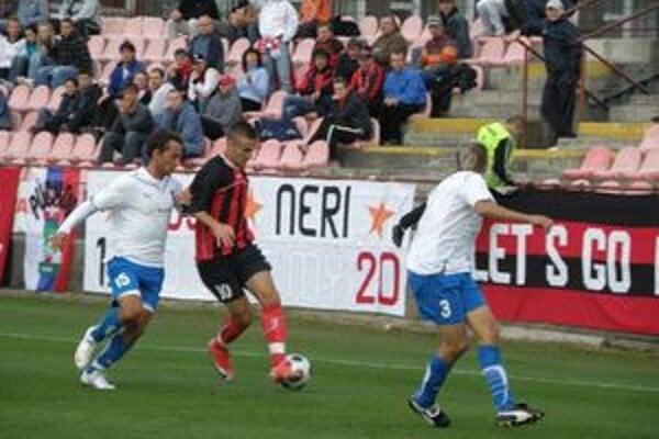 Ján Chovanec (v strede) pripravil gól Martinovi Luhovému. Na snímke bojuje s Candrákom (15) a Pavlendom (3).