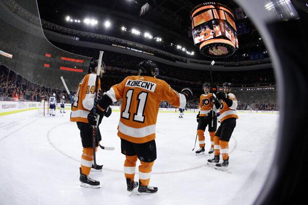 Travis Konecny (v strede) oslavuje gól do bránky Winnipegu Jets.