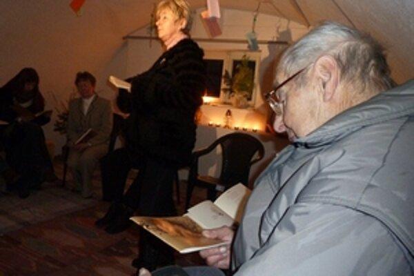 Majstrove verše recitovala Soňa Barániová (v strede), knihu básní si pozorne prezeral aj spolužiak a kamarát Milana Rúfusa Vladimír Iľanovský.