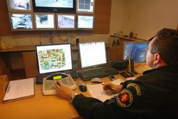 Na sledovanie kamerového systému zamestnáva mestská polícia aj telesne postihnutých.
