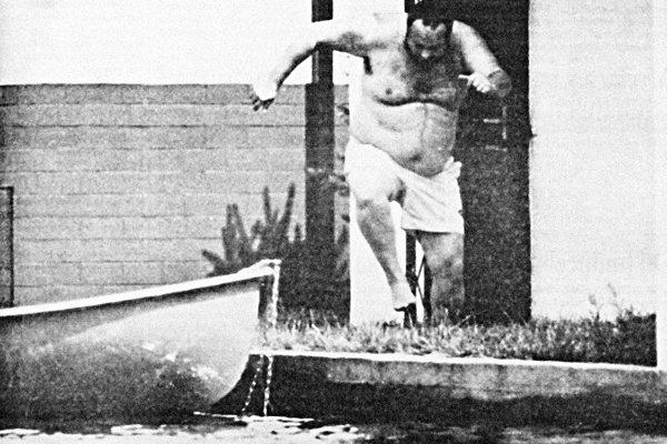 Ivan Lexa sa rozbieha do vody na Slnečných jazerách v Senci.