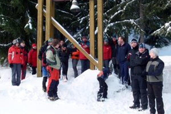 Na symbolickom cintoríne spomínali na priateľov, ktorí zahynuli v lavíne.