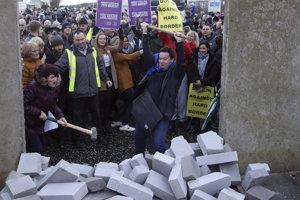 Demonštranti búrajú atrapu hranice medzi Írskom a Severným Írskom.