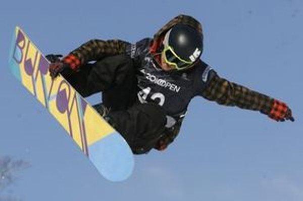 Angličanom, ktorí boli športovať v Demänovskej Doline, traja muži ukradli snowboardy.