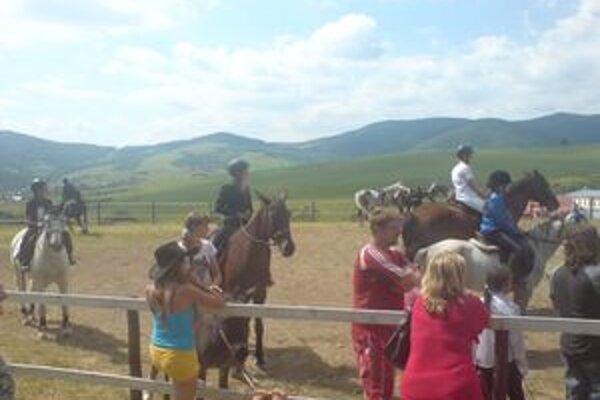 V slávnostných róbach boli nielen jazdci, ale aj kone.