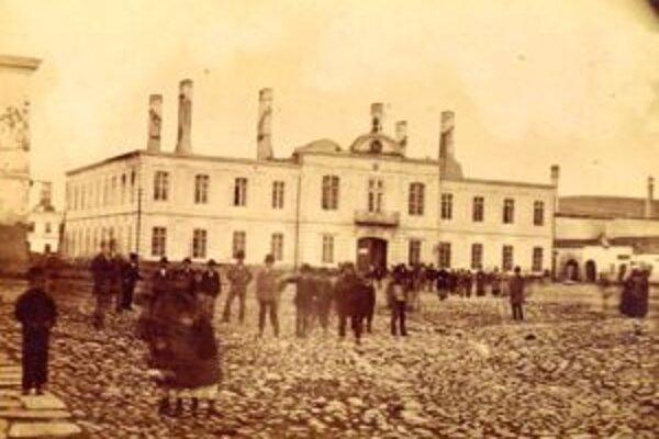 Keď prišiel Hurban do Liptovského Mikuláša so Štúrom a Zachom z balkóna župného domu sa prihovoril k zástupom ľudí.
