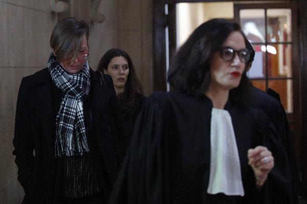 Poškodená Emily Spantonová na súde v Paríži (vľavo).