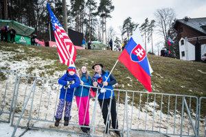 Slovenskí a americkí fanúšikovia po pretekoch obrovského slalomu žien v Maribore.