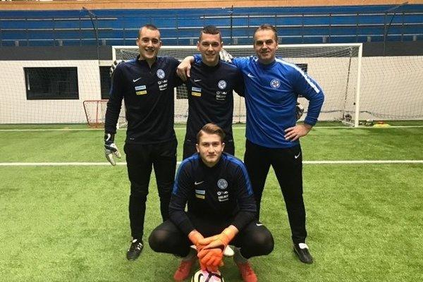 Jakub Mikunda (v strede, hore) spoločne skolegami zreprezentácie: Erikom Búšom, Viliamom Hynekom atrénerom Ivom Pilipom.