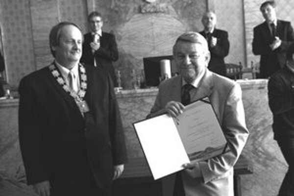 Jaroslav Rezník (na fotografii vpravo) preberá ocenenie od ružomberského primátora Jána Pavlíka.