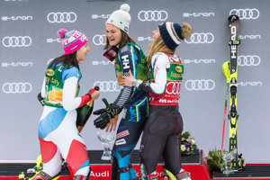 Zľava Wendy Holdenerová, Anna Swenn-Larssonová a Mikaela Shiffrinová.