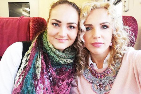 Katka a Lenka, mladé šperkárky spod lipky.
